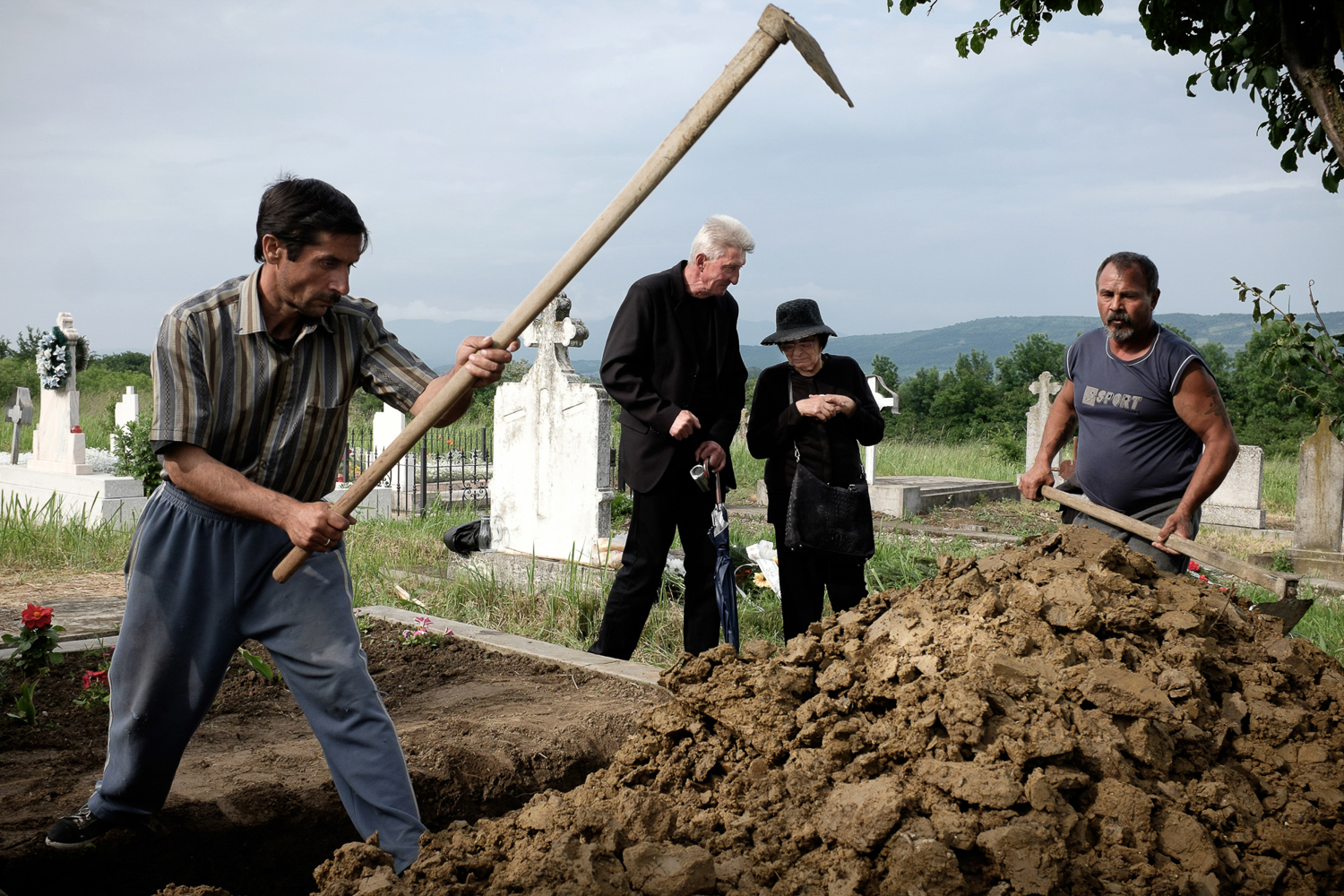 photo-of-my-uncle-and-my-aut-at-my-grandma-burial-romania-documentary-photographer