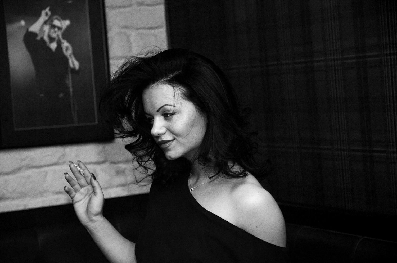 romanian-women-smoking-a-cigarette-nightclub